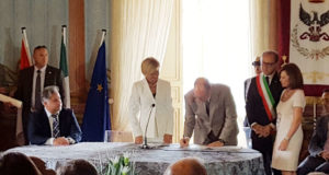 Il principe Alberto II di Monaco, firma il registro della città di Noto.