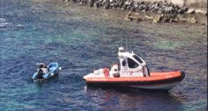 Il gommone della Capitaneria di porto sul luogo del ritrovamento del cadavere.