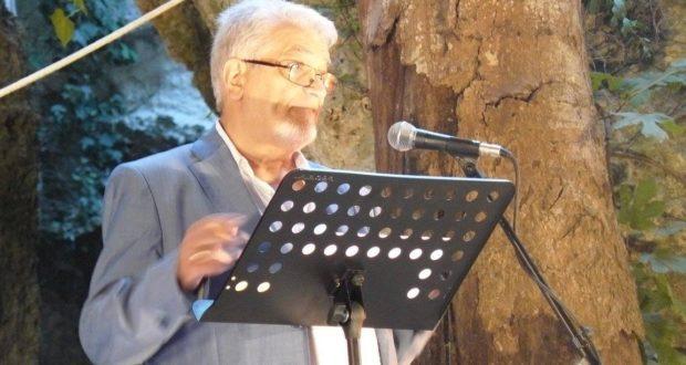 Moncada legge alcuni versi della poesia Itaca